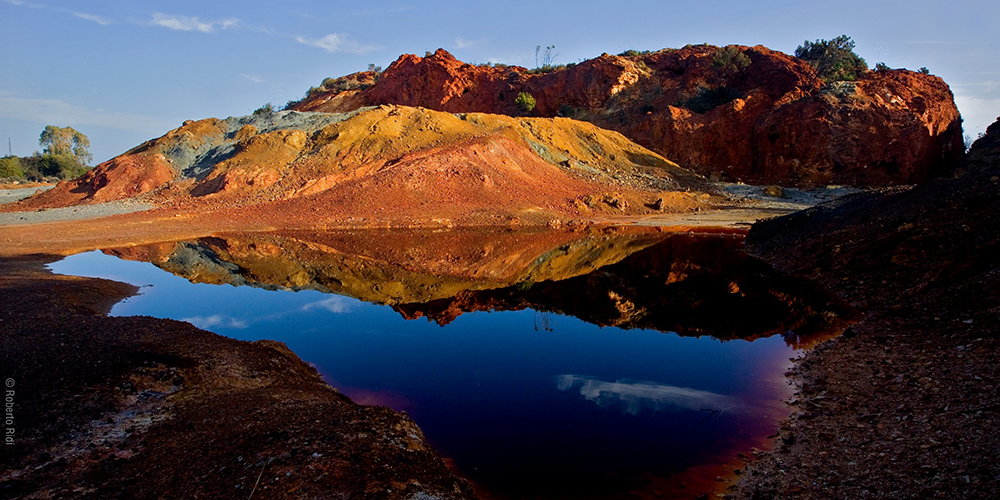 The copper mines on Elba give the landscape some vivid colours © Ridi